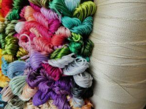 Le fil à coudre, à broder, à tricoter, à crocheter, à tisser.
