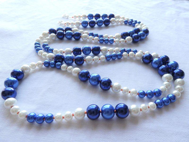 Collier rivière de perles bleues et blanches séparées par des rocailles Miyuki oranges.