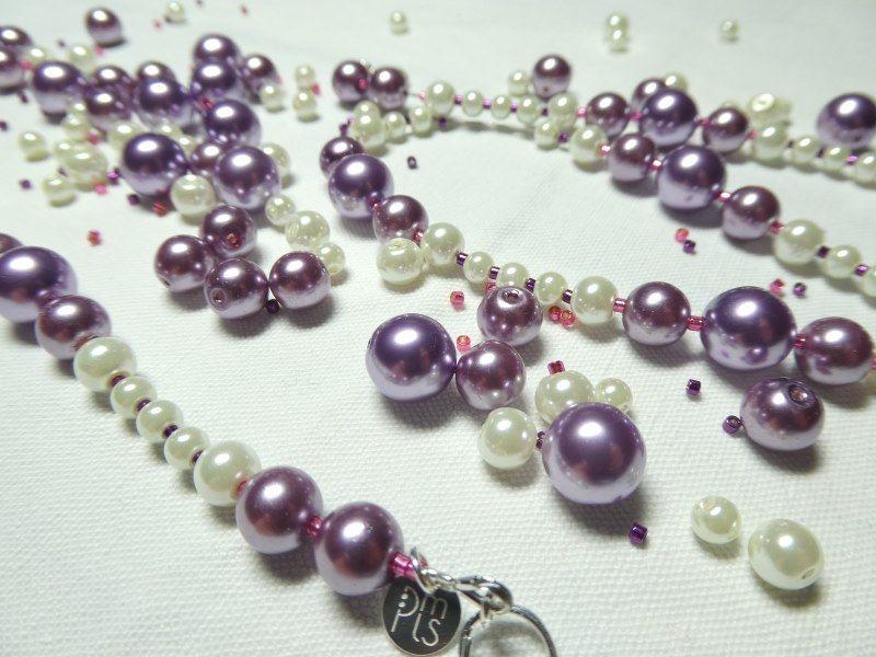 Perles mauves et blanches alternées avec des perles Miyuki roses et violettes pour un sautoir.