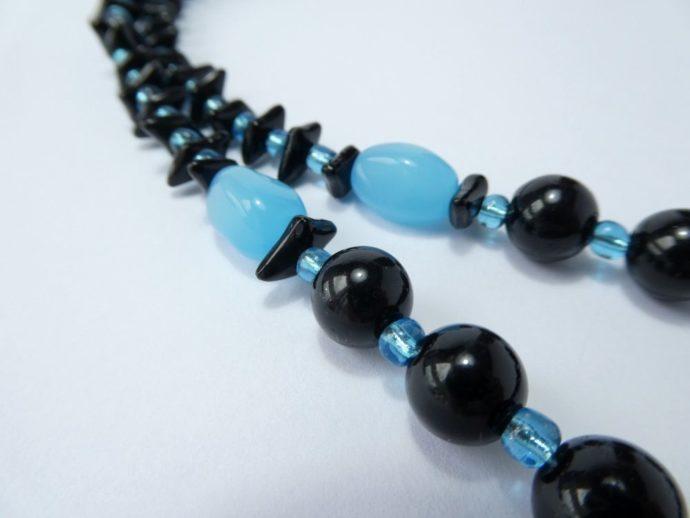 Détail des perles composant le collier noir et bleu.