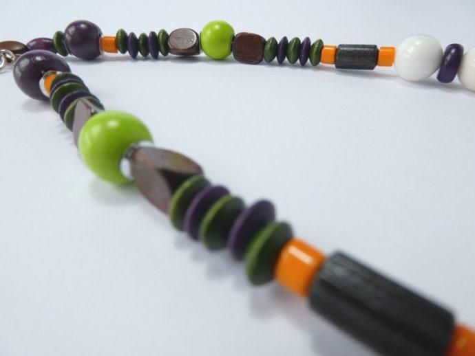 Détail des perles du collier marron et vert.