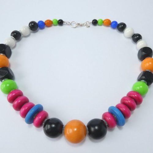 Collier coloré avec perles en bois.
