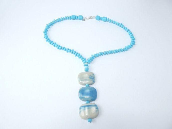 Collier bleu ciel avec pendentif.