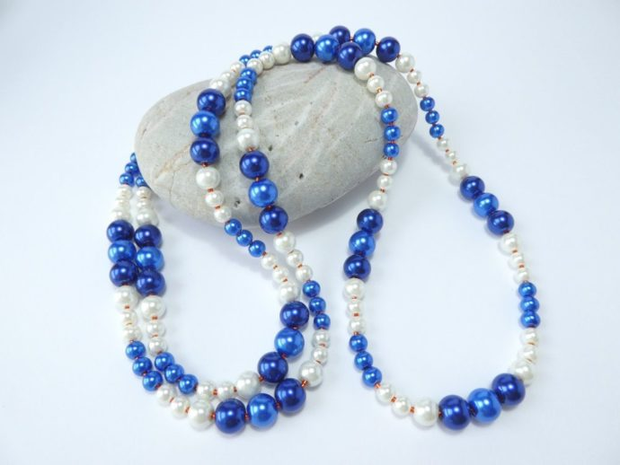 Long sautoir bleu et blanc.