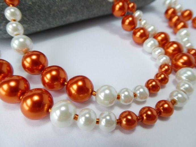 Perles renaissance du sautoir orange et blanc.