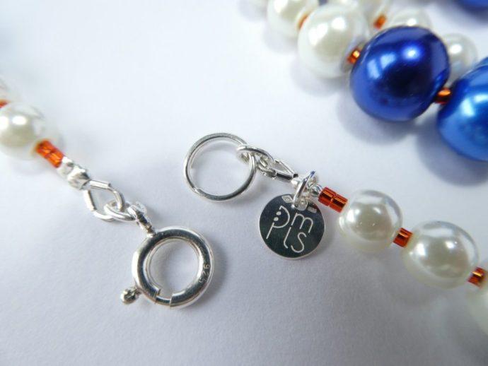 Fermoir et marque PMLS du sautoir bleu et blanc.