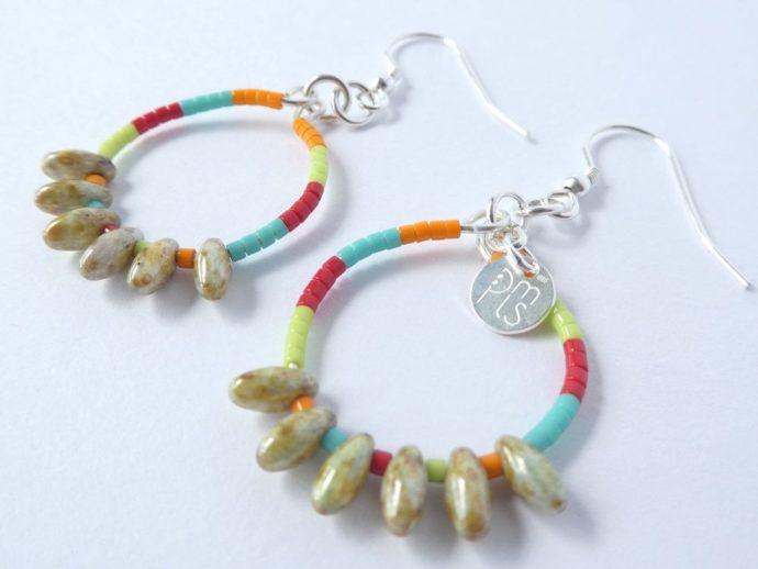 Les boucles d'oreilles colorées avec perles gouttes mordorées.