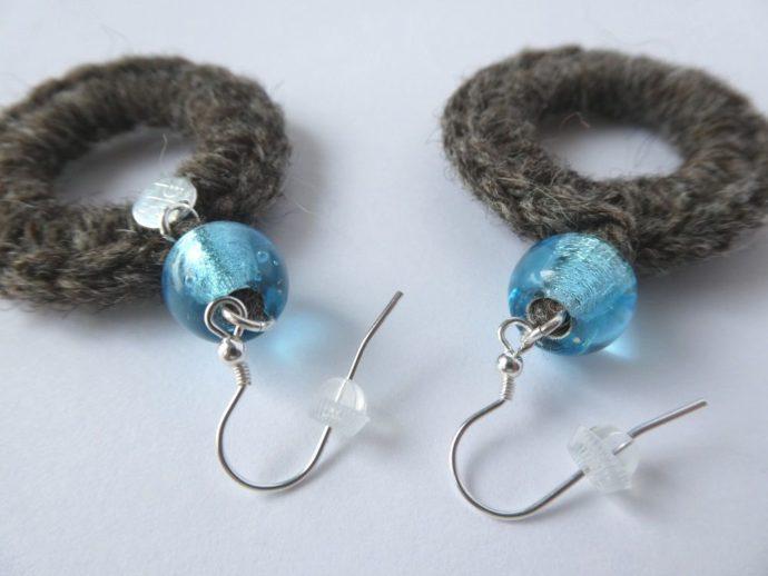 Détail des crochets des boucles d'oreilles en laine.