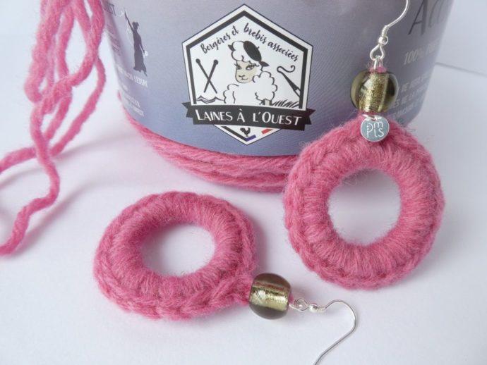 Boucles d'oreilles avec laine rose de chez Laines à l'ouest.
