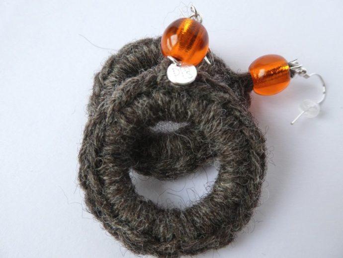 Boucles d'oreilles de forme créole avec perle orange.