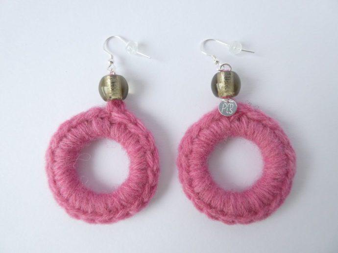 Paire de boucles d'oreilles de forme créole avec laine rose.