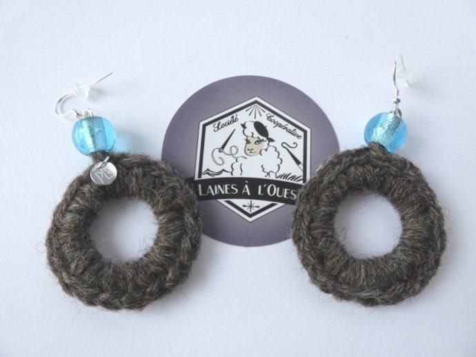 Boucles d'oreilles en laine produite par Laines à l'ouest.