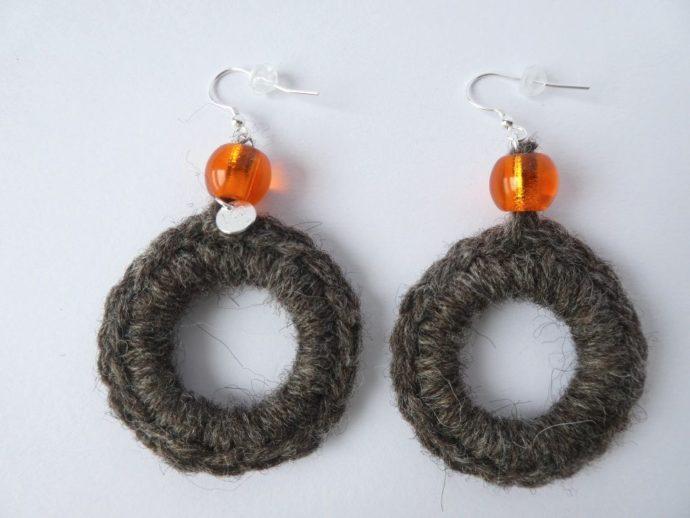 Paire de boucles d'oreilles avec perle orange.