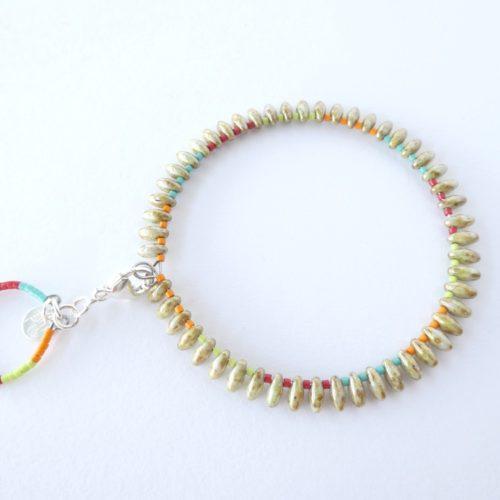 Bracelet jonc coloré avec perles gouttes mordorées.