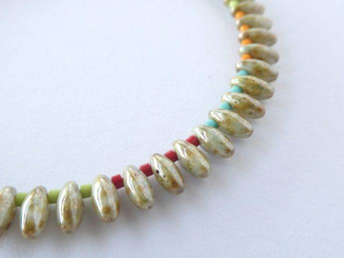 Détail des perles gouttes et Miyuki du bracelet jonc coloré.