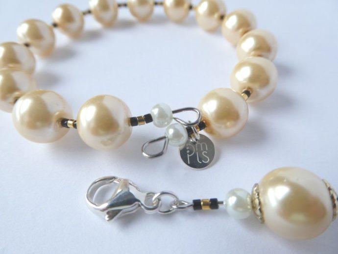Bracelet jonc ivoire et sa breloque.