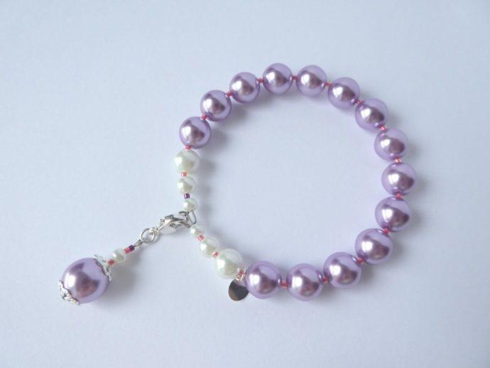 Bracelet avec perles renaissance mauves et son fermoir.