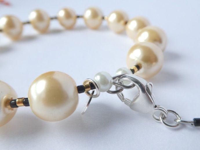 Détail du fermoir du bracelet jonc ivoire.