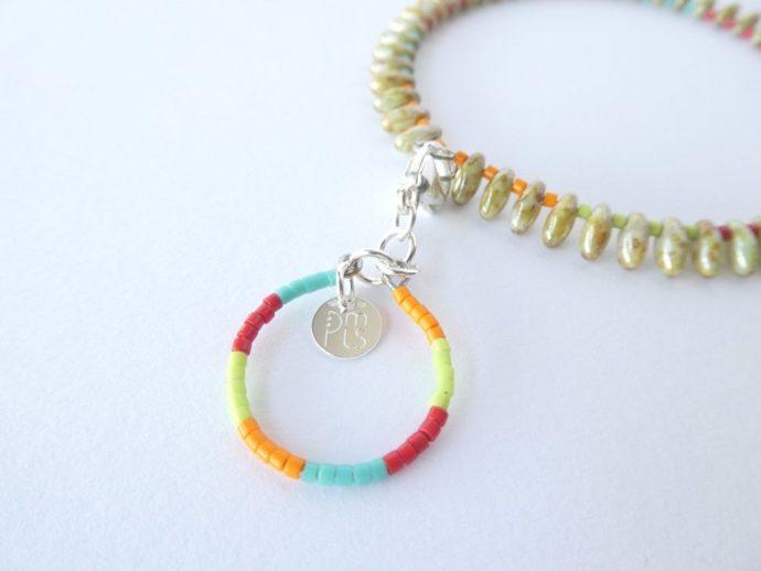 La breloque du bracelet jonc coloré.