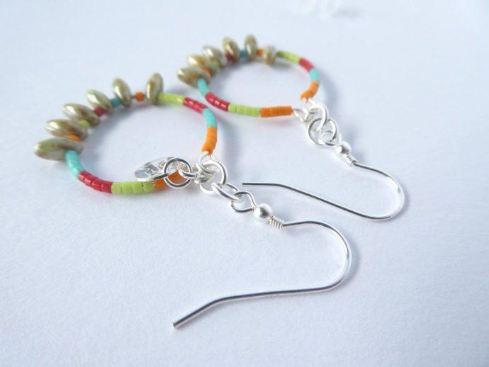 Les crochets d'oreilles des boucles colorées.