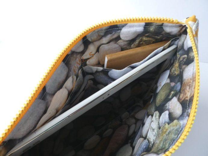 L'intérieur imprimé galet de la pochette jaune motif poisson.