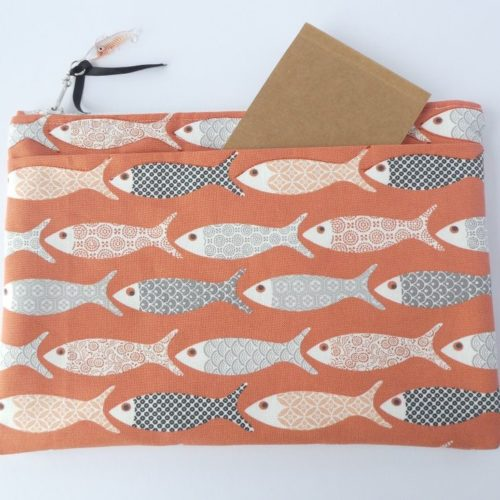 La pochette corail avec motif poisson et sa large poche extérieure.