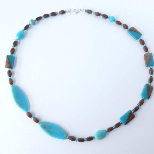 Collier avec perles rectangulaires bois et résine turquoise.