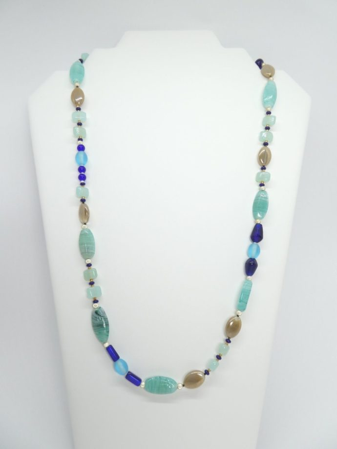 Collier bleu, couleur de la mer en avril