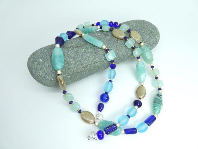 Les différentes couleurs des perles du collier bleu mer.