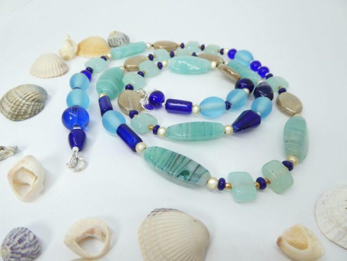 Coquillages et collier bleu, couleur de la mer.