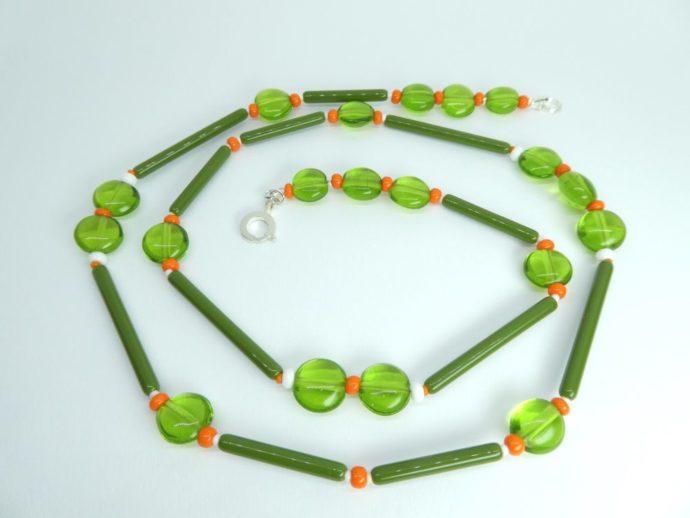 Long collier vert et orange avec des perles en forme de tube et des perles translucides.de tube