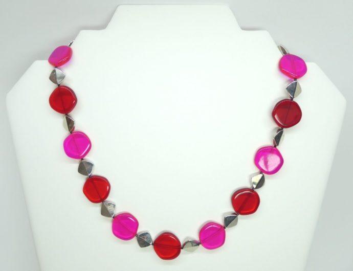 Présentation du rendu du collier rouge et rose fluo.