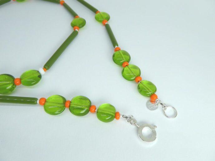 Détail du joli fermoir en argent du collier vert orange et blanc.