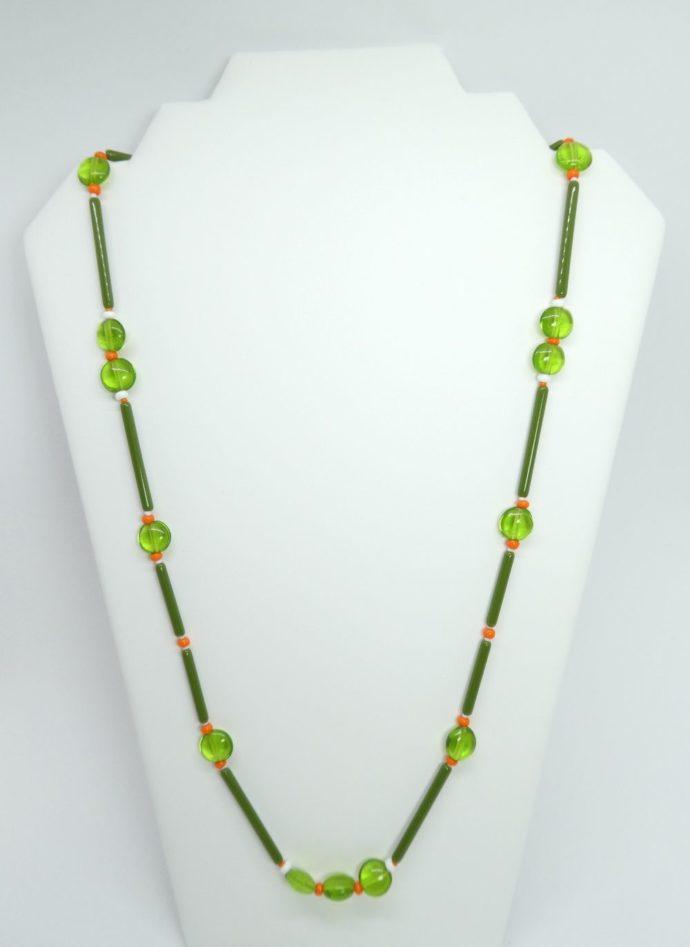 Présentation du long collier vert et orange.