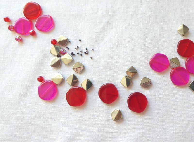 Pour ce nouveau collier rouge et rose fluo, des palets plats sont utilisés.