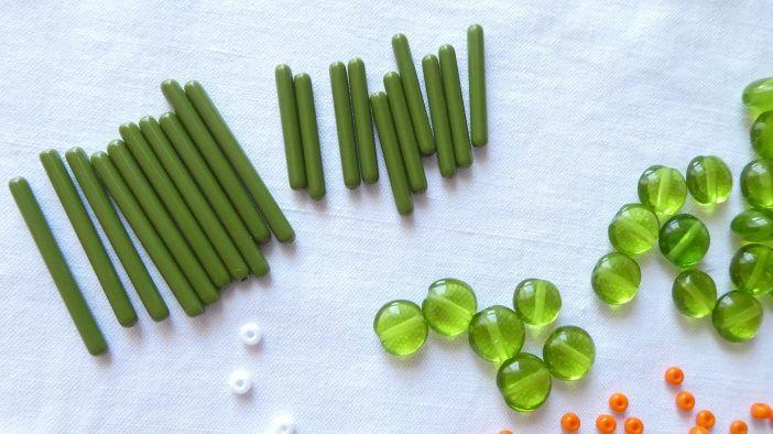 Deux des 4 nouveaux colliers est fait avec des perles en forme de tube.