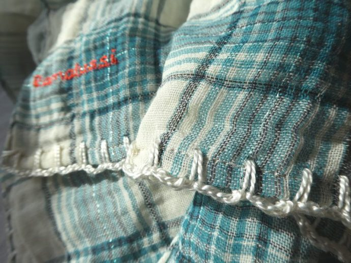 Finition au crochet en écru de l'écharpe coloris vert.