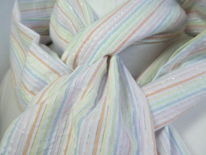 Gros plan du tissu à rayures pastel avec fil Lurex.