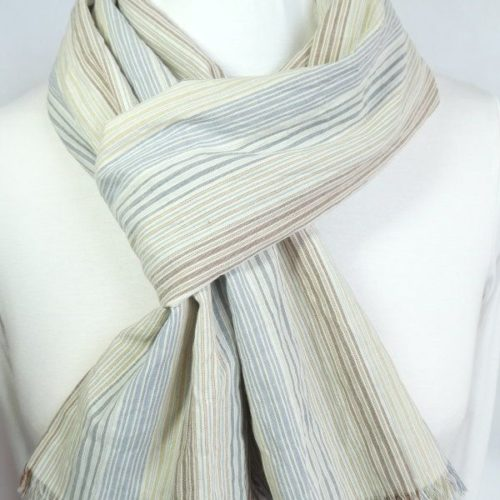 L'écharpe en tissu à rayures bleues avec des franges.