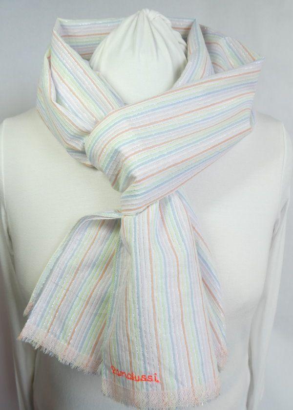 Une dentelle rose pour la finition de l'écharpe à rayures pastel.