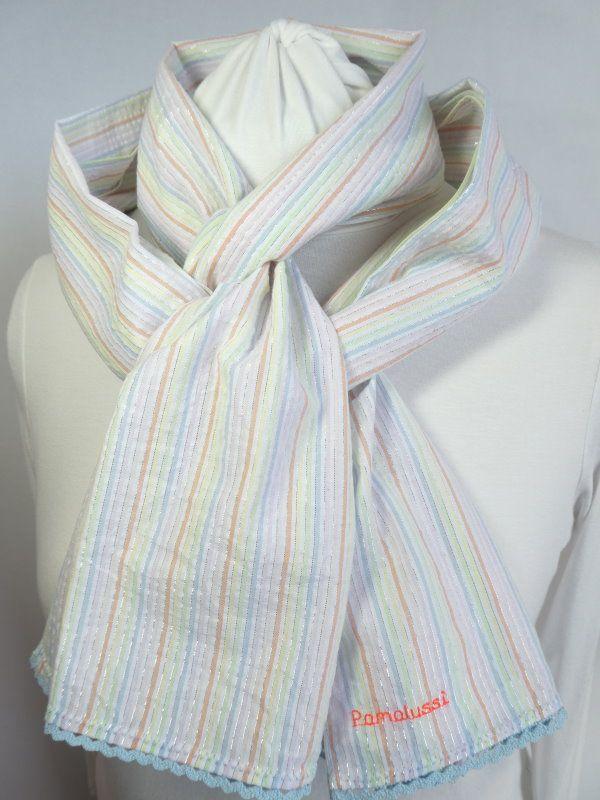 Rayures pastel et Lurex pour cette écharpe coloris pastel avec finition feston bleu.