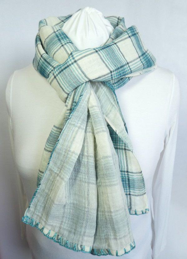 Une écharpe en tissu vert avec une finition couleur émeraude.