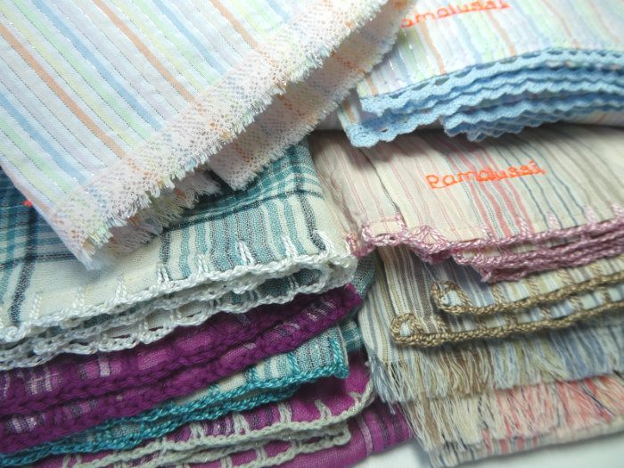Les différentes finitions crochetées, frangées et avec dentelle des écharpes.