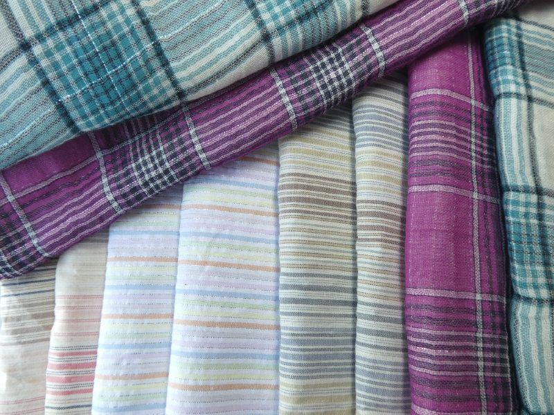 Les écharpes en coton à carreaux et rayures.
