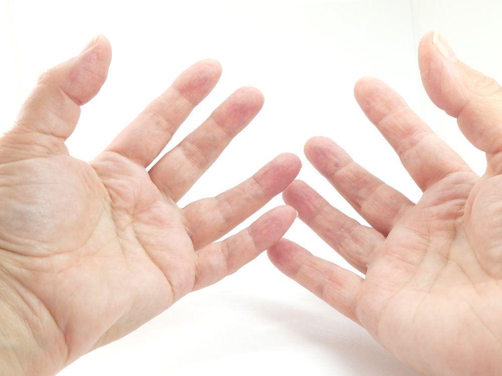 Les mains de Martine qui fabrique les bijoux à l'atelier Pamalussi.