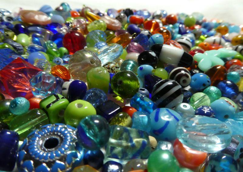 Beaucoup de perles pour la création de bijoux dans l'atelier Pamalussi.