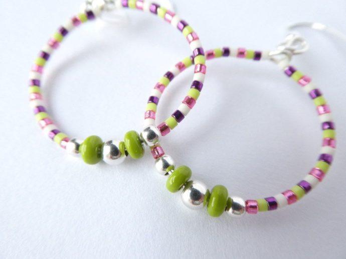 Les perles rondes en argent 925 des boucles d'oreilles vertes et roses Pamalussi.