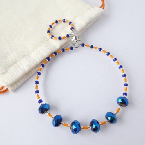 Le bracelet bleu et orange et son pochon.