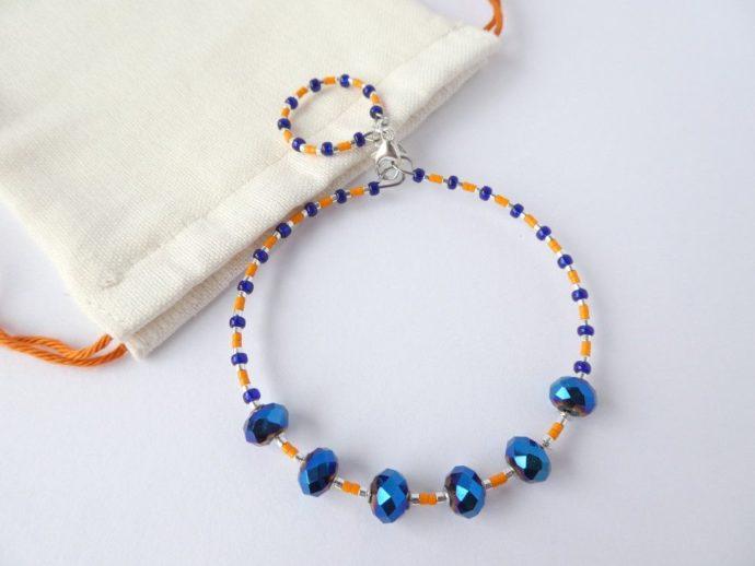 Le bracelet bleu et orange et son pochon.