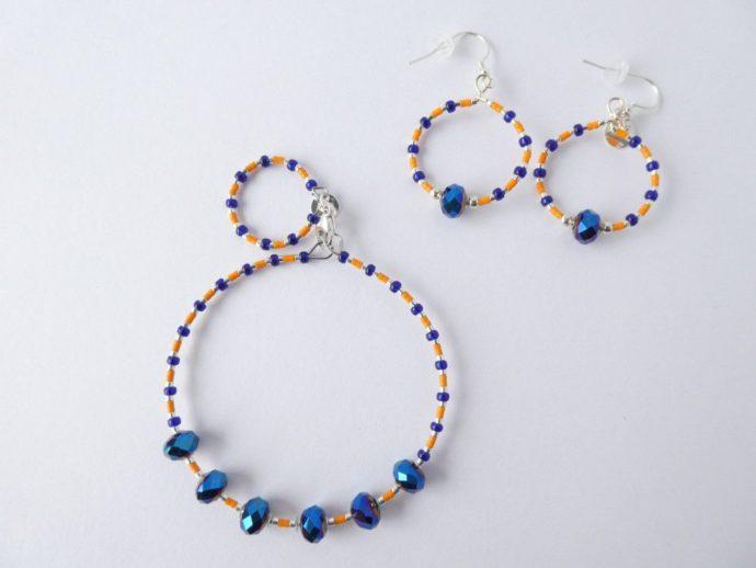 Le bracelet bleu et orange et les boucles d'oreilles assorties.